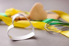 As cookies e a cookie dão forma ao coração, utensílios da cozinha, o conceito do amor do cozimento, cozendo fotos de stock