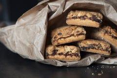 As cookies encheram-se com o doce em um pacote de papel Fotos de Stock