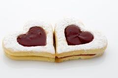 As cookies no coração dão forma no fundo branco Foto de Stock Royalty Free