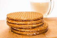 As cookies ou as bolachas redondas com uma camada de caramelo encontram-se em um áspero foto de stock