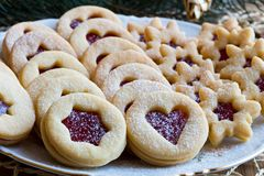 As cookies tradicionais do Natal de Linzer com doce de morango arranjam Imagens de Stock Royalty Free