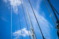 As cordas azuis rolaram em ordem a bordo Foto de Stock Royalty Free