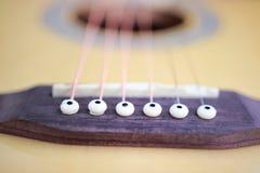 As cordas da guitarra acústica fecham acima da vista superior com espaço vazio para você o texto Imagens de Stock Royalty Free