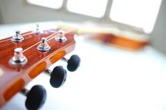 As cordas da guitarra acústica fecham acima da vista superior com espaço vazio para você o texto Foto de Stock