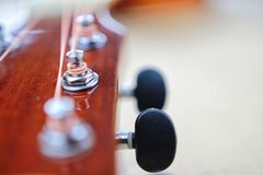 As cordas da guitarra acústica fecham acima da vista superior com espaço vazio para você o texto Imagens de Stock