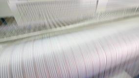 As cordas das linhas brancas relocating rapidamente Equipamento da f?brica de mat?ria t?xtil vídeos de arquivo