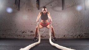 As cordas de luta aptas da cruz no gym malham o exercício Movimento lento vídeos de arquivo
