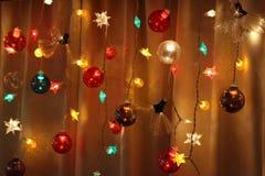 As cordas de luzes do feriado brilham brilhantemente imagens de stock royalty free