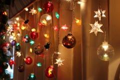 As cordas de luzes do feriado brilham brilhantemente foto de stock