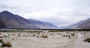 As cordilheiras panorâmicos dos Himalayas poderosos Foto de Stock Royalty Free