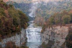 As cores adiantadas do outono no crepúsculo cercam as cachoeiras médias e superiores majestosas Imagens de Stock