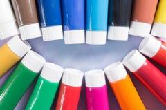 As cores do arco-íris sorriem - os tubos coloridos das pinturas acrílicas ajustados Fotografia de Stock