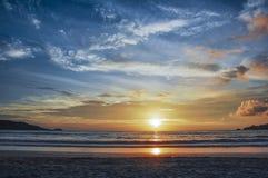As cores do crepúsculo durante o por do sol na praia de Patong, Phuket imagem de stock