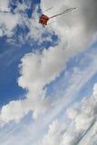 As cores do papagaio no céu da nuvem Foto de Stock