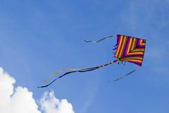 As cores do papagaio no céu da nuvem Fotografia de Stock