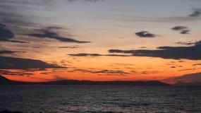 As cores mágicas no horizonte momentos antes de Sun vão acima Sunris Foto de Stock Royalty Free