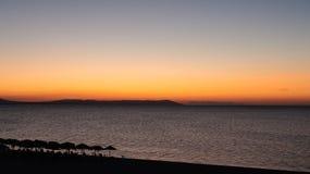 As cores mágicas no horizonte momentos antes de Sun vão acima Sunris Fotos de Stock Royalty Free
