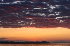As cores mágicas no horizonte momentos antes de Sun vão acima Sunris Fotografia de Stock Royalty Free