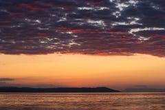 As cores mágicas no horizonte momentos antes de Sun vão acima Sunris Imagens de Stock Royalty Free