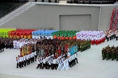 As cores regimentais militares da parada do dia nacional de Singapura andam perto Imagens de Stock