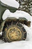 As correntes de neve montaram na roda de um caminhão Foto de Stock