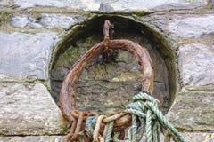 As correntes oxidadas com cordas esvaziam o porto Brixham Devon Engl do porto Fotografia de Stock Royalty Free