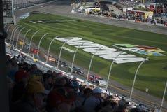 As corridas de carros e os fãs fecham-se acima imagens de stock