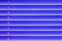 As cortinas horizontais azuis na janela criam um rhythm_ Foto de Stock