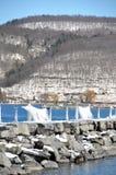 As cortinas Lacey do gelo formaram no cais da rocha durante a tempestade S do inverno Fotos de Stock Royalty Free
