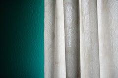 As cortinas na janela Fotos de Stock Royalty Free