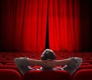 As cortinas vermelhas da tela do cinema abrem levemente para o vip Imagens de Stock Royalty Free