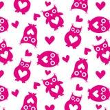 As corujas bonitos picam silhuetas e o teste padrão sem emenda dos corações em um fundo branco Imagem de Stock
