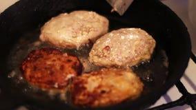As costoletas para Hamburger são fritadas em uma frigideira na cozinha home filme