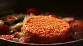 As costoletas para Hamburger são fritadas em uma frigideira na cozinha home, costoletas da repreensão na bandeja vídeos de arquivo