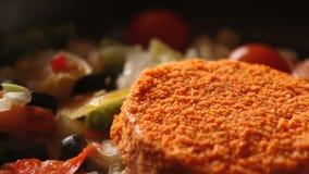 As costoletas para Hamburger são fritadas em uma frigideira na cozinha home, costoletas da repreensão na bandeja filme