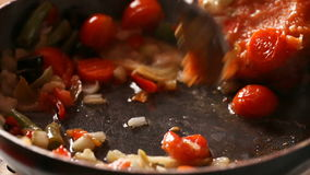 As costoletas para Hamburger são fritadas em uma frigideira na cozinha home, costoletas da repreensão na bandeja video estoque