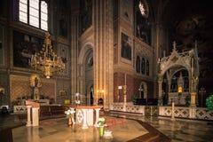 As cotovias velhas colocam a igreja Altlerchenfelder Kirche em Viena Áustria fotos de stock royalty free
