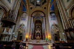 As cotovias velhas colocam a igreja Altlerchenfelder Kirche em Viena Áustria imagem de stock