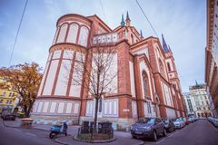 As cotovias velhas colocam a igreja Altlerchenfelder Kirche em Viena Áustria fotos de stock
