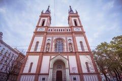 As cotovias velhas colocam a igreja Altlerchenfelder Kirche em Viena Áustria imagens de stock