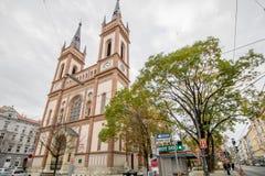 As cotovias velhas colocam a igreja Altlerchenfelder Kirche em Viena Áustria fotografia de stock royalty free