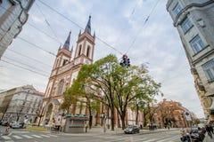 As cotovias velhas colocam a igreja Altlerchenfelder Kirche em Viena Áustria imagem de stock royalty free