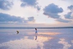 As crianças andam na costa salgado do Laguna Salada de Torrevieja, imagem de stock