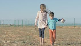 As crianças andam perto da beira de estado Refugiado das crianças dos países do conflito da guerra Crianças carentes com os pés d vídeos de arquivo