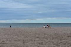 As crianças apreciam a praia branca da areia fotografia de stock royalty free