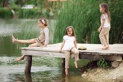 As crianças aproximam a lagoa imagens de stock