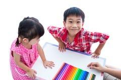 As crianças asiáticas preparam-se criam brinquedos da argila do jogo Reforce o im Imagens de Stock