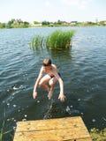 As crianças banham-se no rio foto de stock