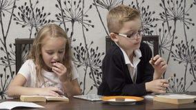 As crianças bonitos leram os livros dentro vídeos de arquivo