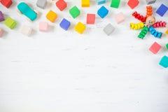As crianças brincam blocos de madeira do quadro, polvo, carro no fundo de madeira branco Configuração lisa Copie o espaço para o  fotografia de stock royalty free
